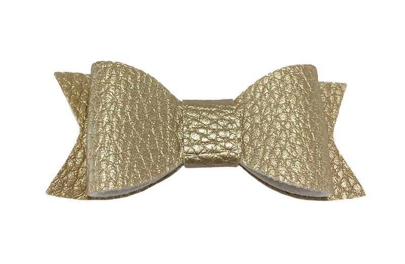 Leuk pastel goud haarstrikje van leer (klein). Leuk voor peuter meisjes en grotere meisjes. Het strikje is vastgemaakt op een handig haarknipje met kleine tandjes van 4.5 centimeter. Bekleed met zandkleurig lint.