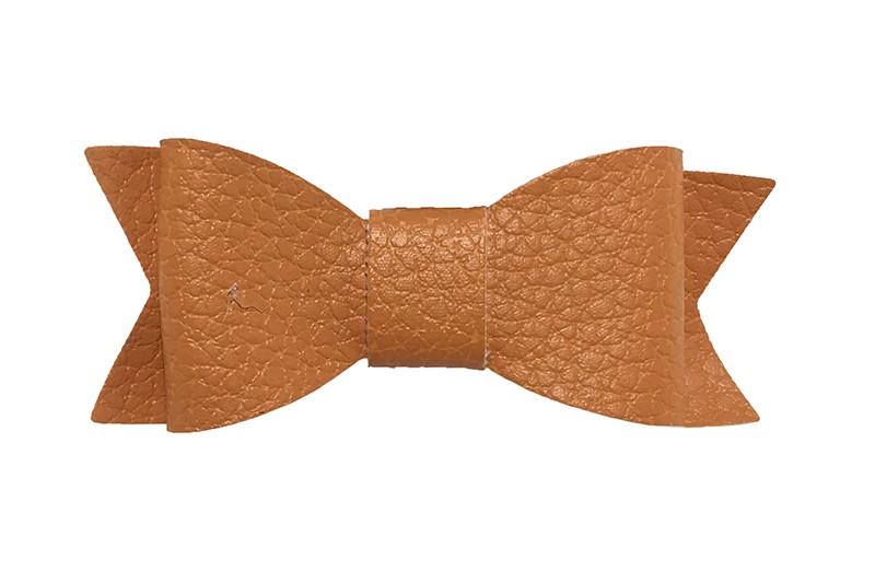 Leuk warm oranje haarstrikje van leer (klein). Leuk voor peuter meisjes en grotere meisjes.  Het strikje is vastgemaakt op een handig alligator knipje van 4.5 centimeter bekleed met lint