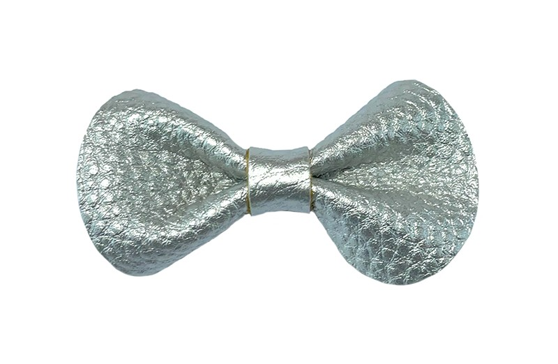 Schattig peuter kleuter meisjes haarstrikje van zilver leer.  Leuk klein modelletje.  Op een plat haarknipje van ongeveer 4 centimeter.