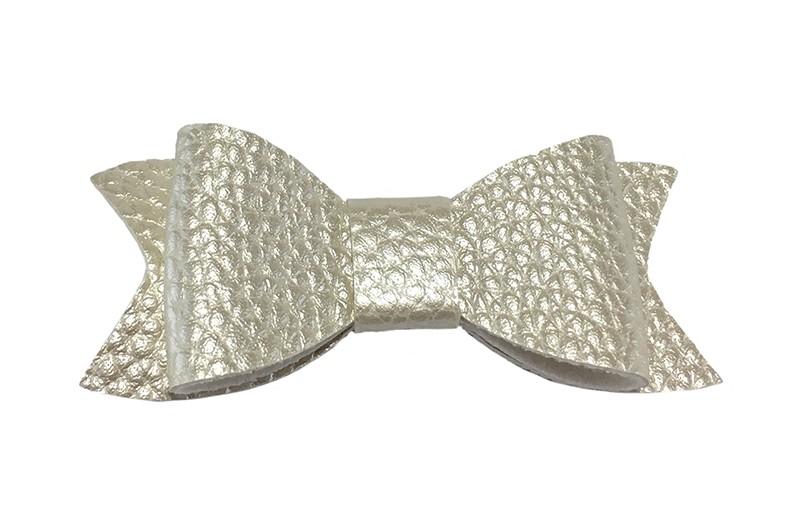Leuk zilverwit haarstrikje van leer (klein).  Leuk voor peuter meisjes en grotere meisjes.  Het strikje is vastgemaakt op een handig haarknipje met kleine tandjes van 4.5 centimeter. Bekleed met creme lint.