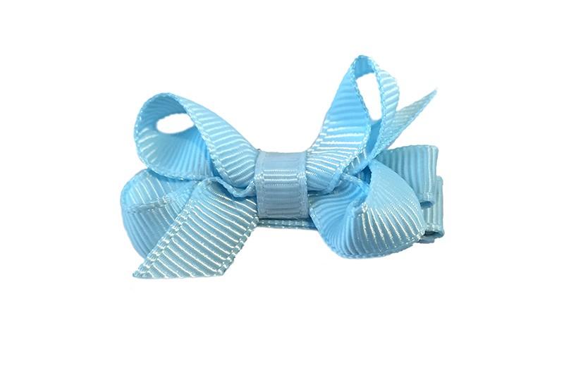 Lief klein haarknipje met een mooi strikje van licht blauw geribbeld lint. Op een alligatorknipje bekleed met licht blauw lint.