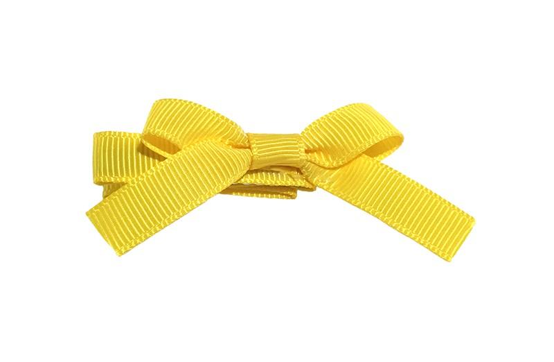 Leuk haarknipje bekleed met geel lint. Met daarop een vrolijk strikje van geel lint. Het knipje is een alligator haarknipje van ongeveer 4 centimeter.
