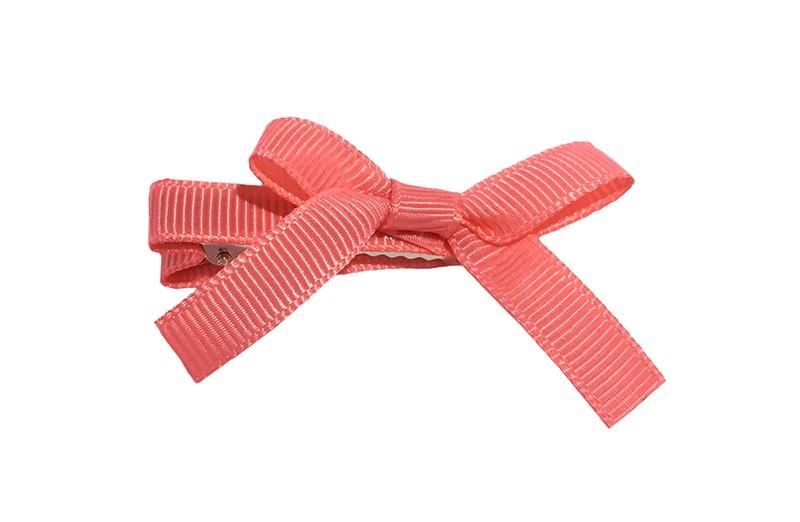 Leuk haarknipje bekleed met koraal roze lint. Met daarop een vrolijk strikje van koraal roze lint. Het knipje is een alligator haarknipje van ongeveer 4 centimeter.