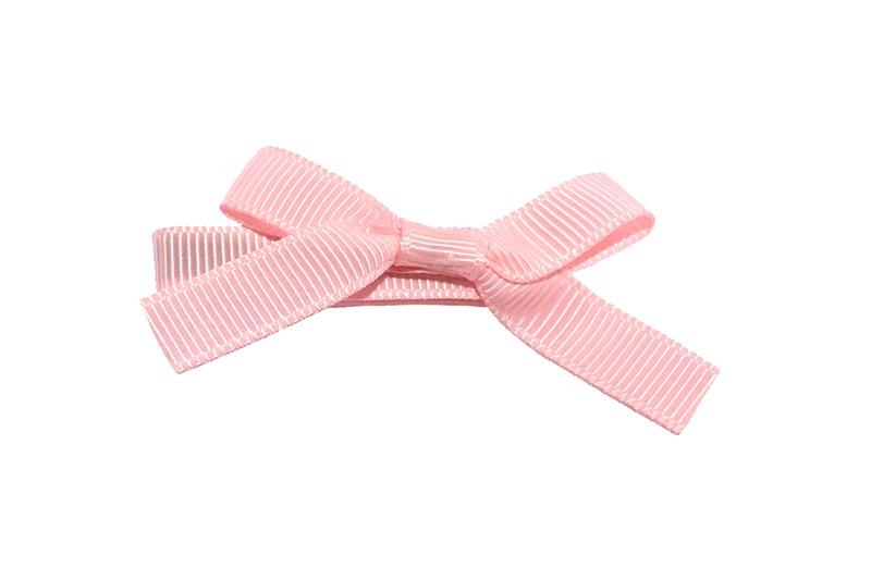 Leuk haarknipje bekleed met licht roze lint. Met daarop een vrolijk strikje van licht roze lint. Het knipje is een alligator haarknipje van ongeveer 4 centimeter.
