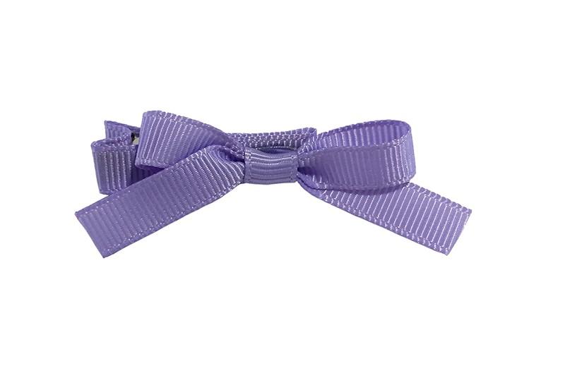 Leuk haarknipje bekleed met lila paars lint. Met daarop een vrolijk strikje van lila paars lint. Het knipje is een alligator haarknipje van ongeveer 4 centimeter.