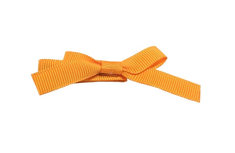 Leuk haarknipje bekleed met oranje lint. Met daarop een vrolijk strikje van oranje lint. Het knipje is een alligator haarknipje van ongeveer 4 centimeter.