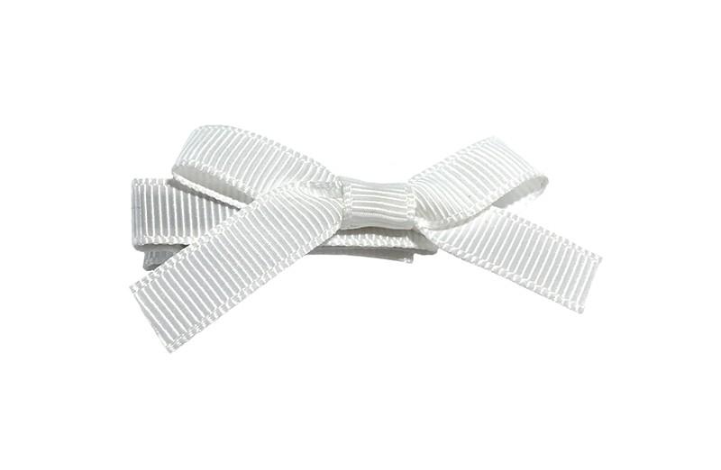 Leuk haarknipje bekleed met wit lint. Met daarop een vrolijk strikje van wit lint. Het knipje is een alligator haarknipje van ongeveer 4 centimeter.