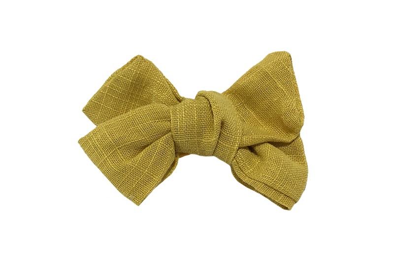 Schattig mosterdgeel stoffen peuter kleuter haarstrikje. In een leuke linnenlook stof. Op een plat haarknipje van ongeveer 4.5 centimeter. Bekleed met geel lint.