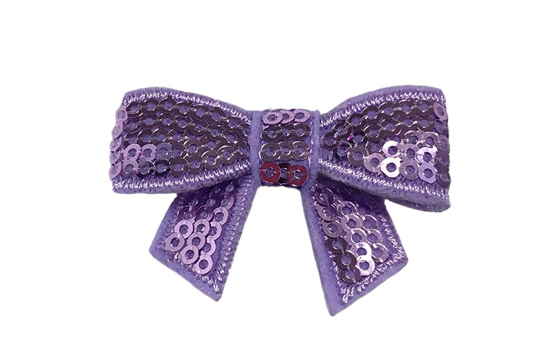 Vrolijk lila paars haarstrikje met pailletjes.  De glanzende paiiletjes geven dit strikje een vrolijke, feestelijke uitstraling! Op een handig alligator knipje van 4 centimeter.  Enkel of per 2 stuks, je kunt met deze strikjes heel veel leuke, vrolijke kapseltjes maken.