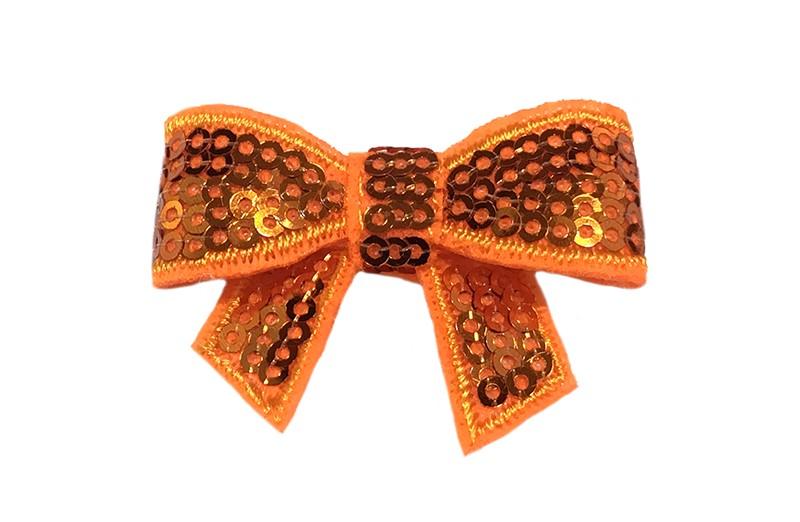Vrolijk oranje haarstrikje met pailletjes.  De glanzende paiiletjes geven dit strikje een vrolijke, feestelijke uitstraling! Op een handig alligator knipje van 4 centimeter.  Enkel of per 2 stuks, je kunt met deze strikjes heel veel leuke, vrolijke kapseltjes maken.