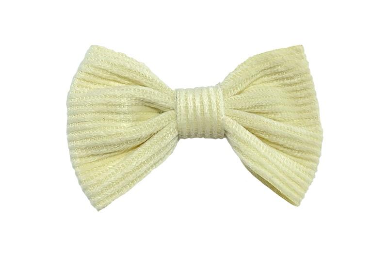 Schattig room wit / beige stoffen haarstrikje.  Leuk in de haartjes voor peuter en kleuter meisjes. Op een plat haarknipje bekleed met wit lint.