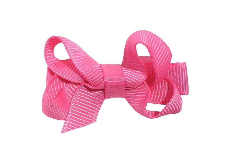 Lief klein haarknipje met een mooi strikje van fel roze geribbeld lint. Op een alligatorknipje bekleed met fel roze lint.