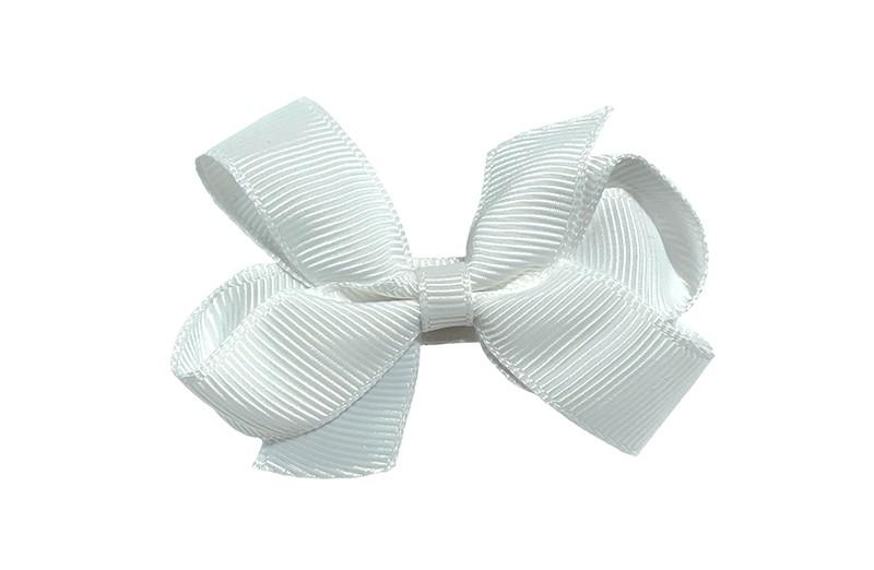 Lief haarknipje met een mooi strikje van wit geribbeld lint. In een schattig middelgroot maatje. Op een plat haarknipje bekleed met hetzelfde witte lint.