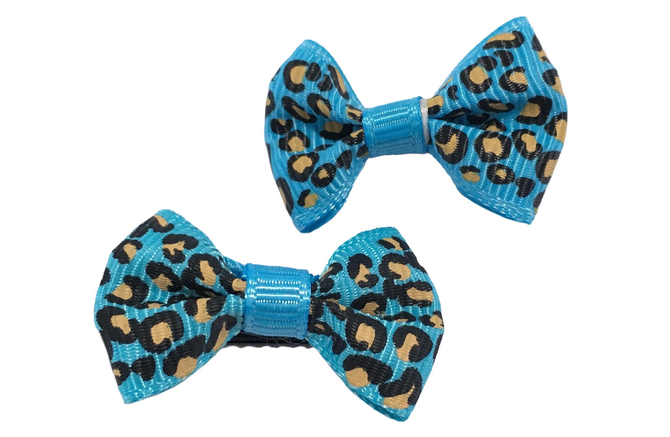 Vrolijk setje van 2 kleine blauwe haarstrikjes met luipaard printje.  Op een klein zwart alligatorknipje van 3 centimeter.