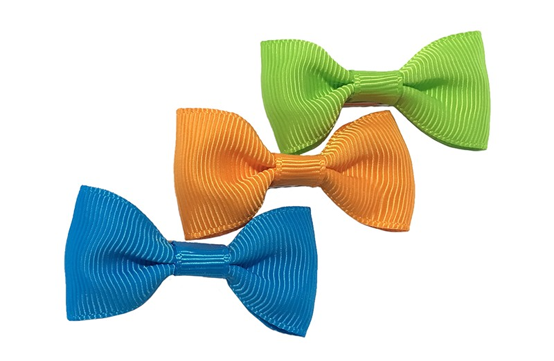 Leuk setje van 3 kleine haarstrikjes in de kleuren blauw, oranje en appelgroen.  Op een handig alligatorknipje van ongeveer 3.5 centimeter.