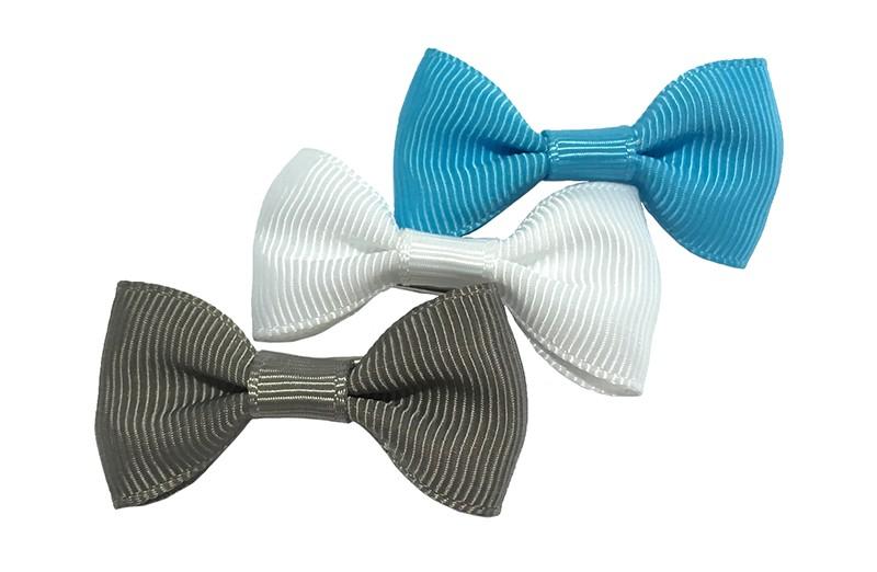 Leuk setje van 3 haarstrikjes in de kleurtjes felblauw, wit  en grijs.  Op een handig alligator knipje van ongeveer 3.5 centimeter.