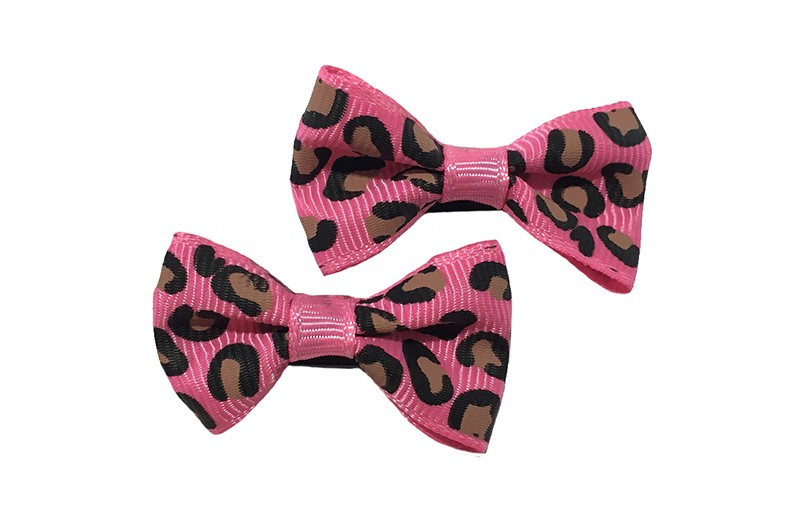 Vrolijk setje van 2 kleine fel roze haarstrikjes met dieren printje.  Op een klein zwart alligatorknipje van 3 centimeter.