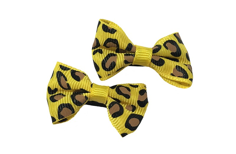 Vrolijk setje van 2 kleine gele haarstrikjes met dieren printje.  Op een klein zwart alligatorknipje van 3 centimeter.