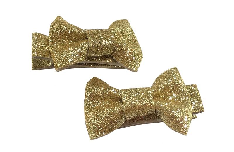 Vrolijk setje van 2 goudkleurige glitter haarstrikjes. Op een alligatorknipje van ongeveer 3.5 centimeter bekleed met glitterlint.