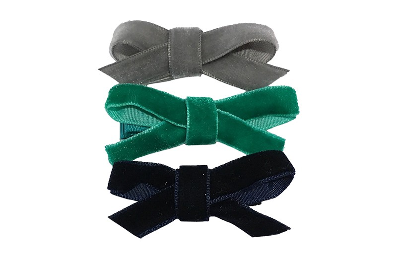 Leuk setje van 3 verschillende haarstrikjes van lint.  1 donkerblauw velvet strikje op een plat haarknipje bekleed met donkeblauw lint.  1 groen velvet strikje op een plat haarknipje bekleed met groen lint.  1 grijs velvet haarstrikje op een plat haarknipje bekleed met grijs lint.