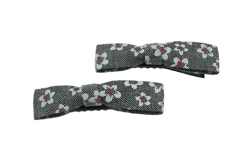 Leuk setje van 2 smalle grijs stoffen haarstrikjes met witte bloemmotiefjes.  Op een handig zwart alligator knipje van 5.5 centimeter