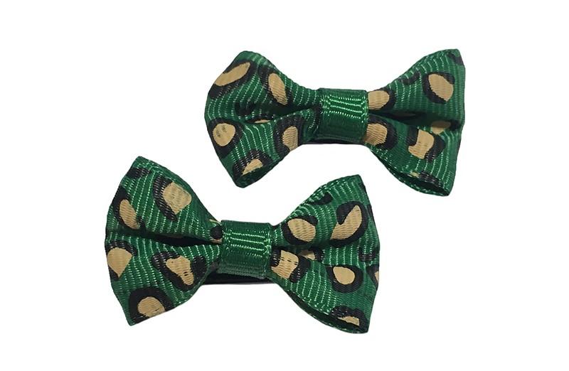 Vrolijk setje van 2 kleine groene haarstrikjes met dieren printje.  Op een klein zwart alligatorknipje van 3 centimeter.