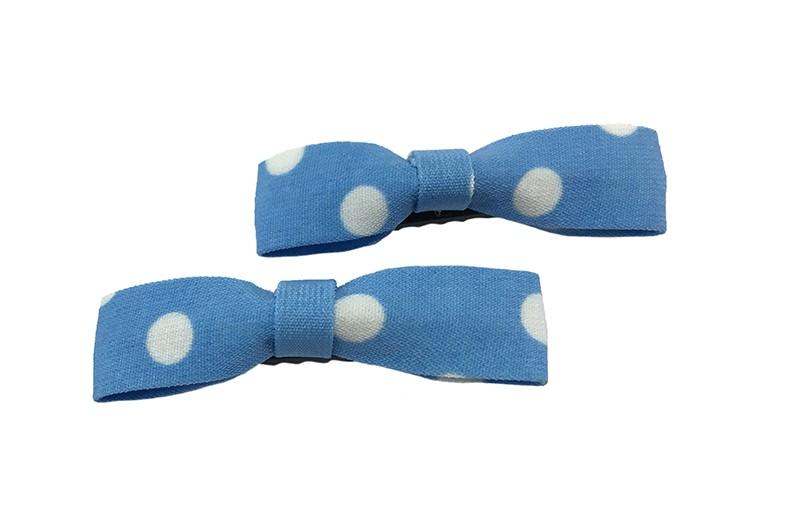 Leuk setje van 2 smalle licht blauwe stoffen haarstrikjes met witte stippen.  Op een handig zwart alligator knipje van 5.5 centimeter.
