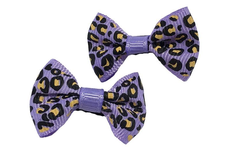 Vrolijk setje van 2 kleine lila paarse haarstrikjes met luipaard printje.  Op een klein zwart alligatorknipje van 3 centimeter.