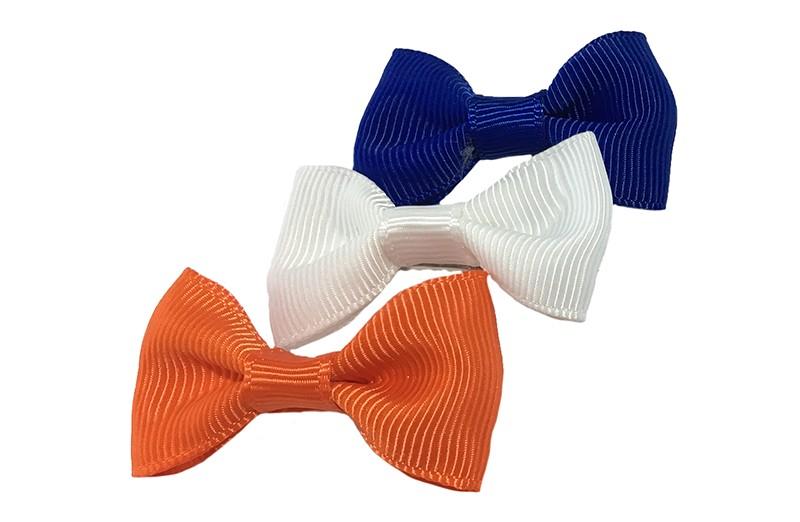 Leuk setje van 3 haarstrikjes in de kleurtjes kobaltblauw, wit en oranje.  Op een handig alligator knipje van ongeveer 3.5 centimeter.
