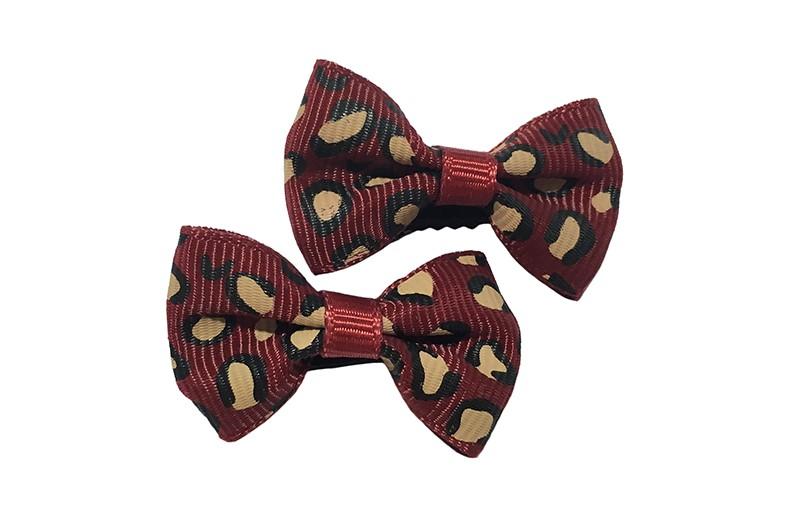 Vrolijk setje van 2 kleine donker rode haarstrikjes met dieren printje.  Op een klein zwart alligatorknipje van 3 centimeter.