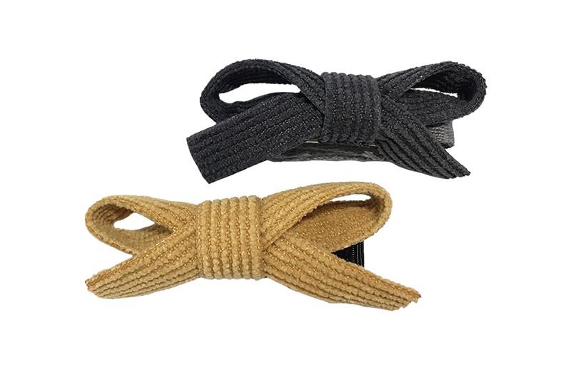 Schattig setje van 2 suedelook haarstrikjes.  In de leuke kleurtjes grijs en camel bruin.  De strikjes zijn vastgemaakt op een haarknipje met kleine tandjes.  Van het grijsze strikje is het knipje bekleed met lichtgrijs lint. Van het camel strikje is het knipje bekleed met zwart lint.