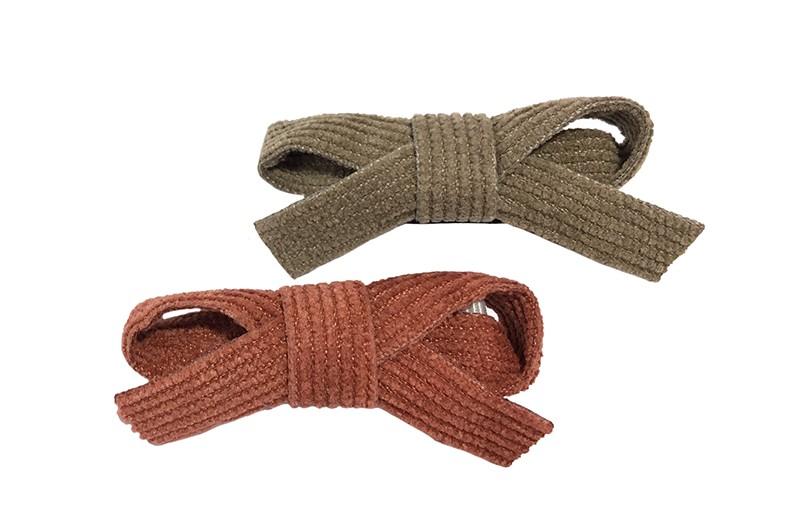 Schattig setje van 2 suedelook haarstrikjes.  In de leuke kleurtjes taupe en rood bruin. De strikjes zijn vastgemaakt op een haarknipje met kleine tandjes.  Van het taupe strikje is het knipje bekleed met zwart lint. Van het camel strikje is het knipje bekleed met lichtgrijs lint.