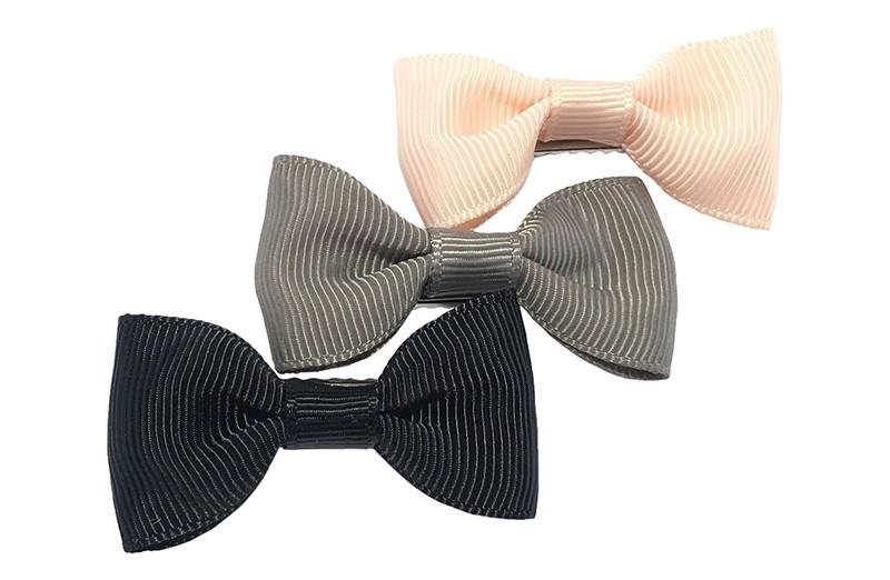 Leuk setje van 3 haarstrikjes in de kleurtjes zwart, grijs en heel lichtroze.  Op een handig alligator knipje van ongeveer 3.5 centimeter.