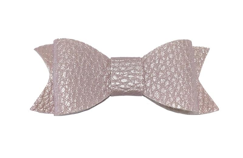 Leuk licht lila haarstrikje van leer (klein).  Leuk voor peuter meisjes en grotere meisjes.  Het strikje is vastgemaakt op een handig haarknipje met kleine tandjes van 4.5 centimeter. Bekleed met lila paars lint.