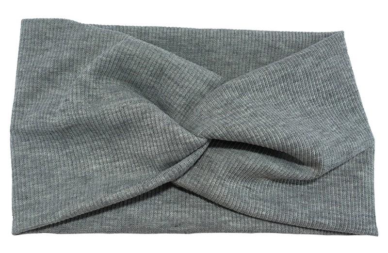 Leuk licht grijs stoffen tiener en dames hoofdbandje. Van zachte rekbare stof, met streepjespatroontje in de stof. Geknoopt in een hip twistmodelletje. Het hoofdbandje heeft een leuk breed model.