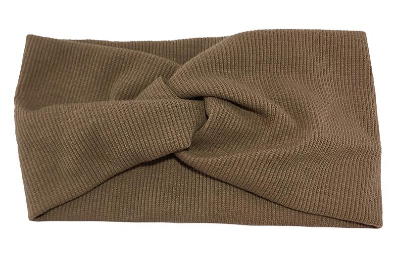 Leuke taupe bruine stoffen tiener en dames hoofdband.  Van zachte rekbare stof, met streepjespatroontje in de stof. Geknoopt in een hip twistmodelletje.  Het hoofdbandje heeft een leuk breed model.