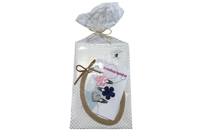 Leuk om weg te geven!  Baby peuter kado pakketje met een nylon haarbandje met bruin suedelook strikje.  En 3 vrolijke baby peuter haarspeldjes in lichtroze, donkerblauw en zilver.