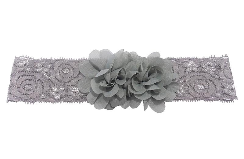 Schattig grijs kanten baby peuter haarbandje. Met daarop 2 vrolijke grijze chiffon bloemetjes.  Het haarbandje is ongeveer 3.5 centimeter breed en de bloemetjes zijn ongeveer 4 centimeter groot.