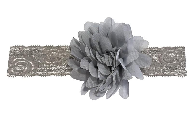 Schattig grijs baby peuter haarbandje van kant.  Met daarop een vrolijke grijze chiffon bloem.  Het haarbandje is ongeveer 3.5 centimeter breed en de bloemetjes zijn ongeveer 10 centimeter groot.