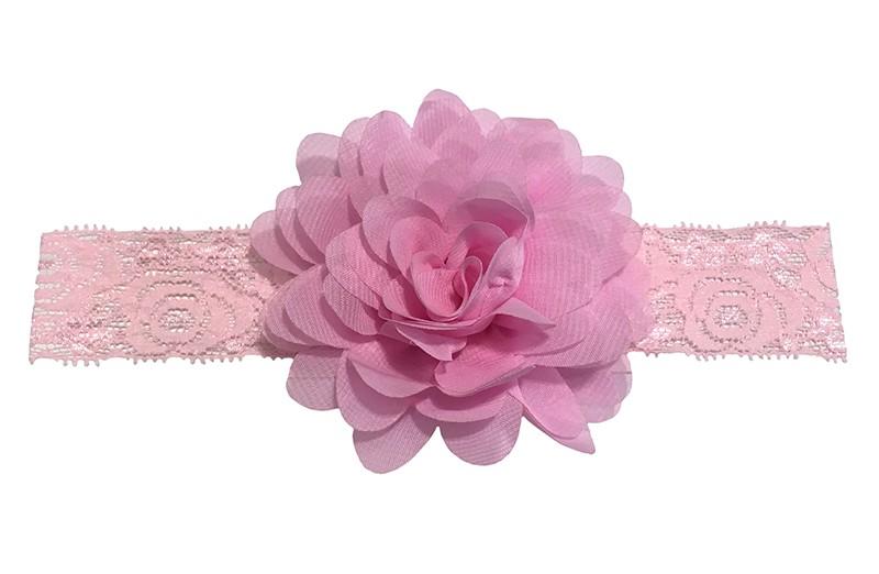 Schattig lichtroze baby peuter haarbandje van kant.  Met daarop een vrolijke roze chiffon bloem.  Het haarbandje is ongeveer 3.5 centimeter breed en de bloemetjes zijn ongeveer 10 centimeter groot.