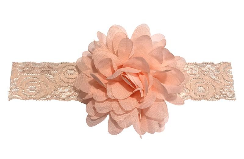 Schattig zalmkleurig baby peuter haarbandje van kant. Met daarop een vrolijke zalmroze chiffon bloem. Het haarbandje is ongeveer 3.5 centimeter breed en de bloem is ongeveer 10 centimeter groot.
