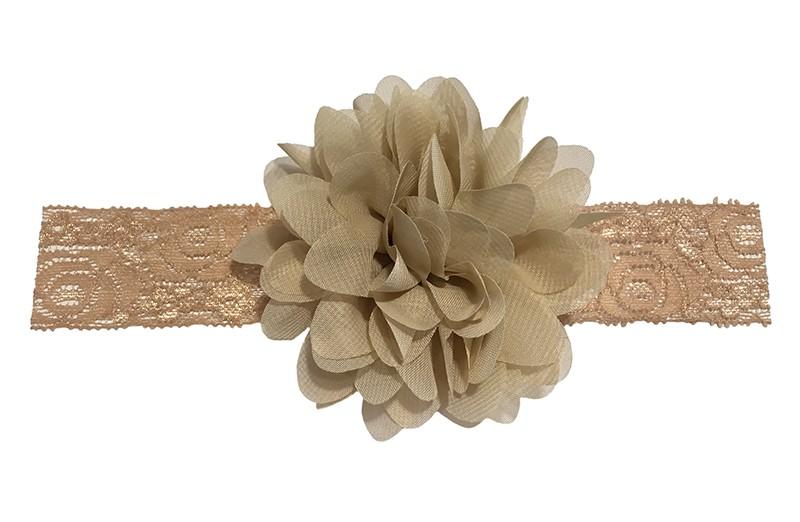 Schattig zandkleurig baby peuter haarbandje van kant. Met daarop een vrolijke zandkleurige chiffon bloem.  Het haarbandje is ongeveer 3.5 centimeter breed en de bloemetjes zijn ongeveer 10 centimeter groot.
