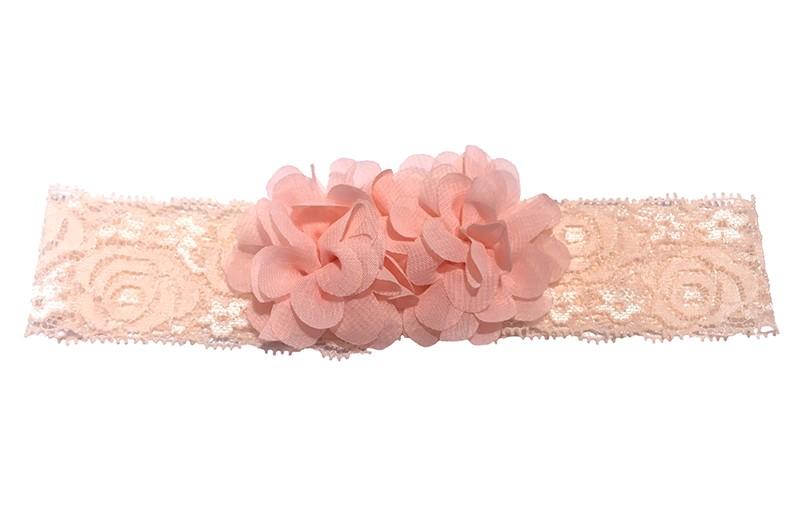 Schattig kanten baby peuter haarbandje in zalm roze kleur. Met daarop 2 vrolijke zalm roze chiffon bloemetjes.  Het haarbandje is ongeveer 3.5 centimeter breed en de bloemetjes zijn ongeveer 4 centimeter groot.