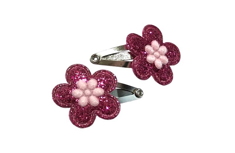 Schattig setje van 2 kleine baby newborn haarspeldjes.  Met op elk een roze glitter bloemetje en een licht roze bloemetje.