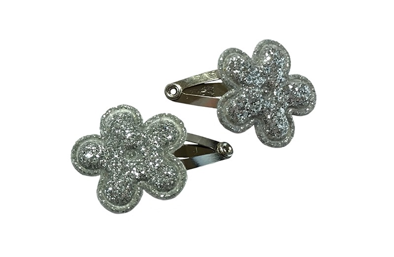 Schattig setje van 2 mini baby haarspeldjes. Met op elk een zilver glitter bloemetje.  Laat uw kindje niet slapen of alleen zijn met haarspeldjes in!