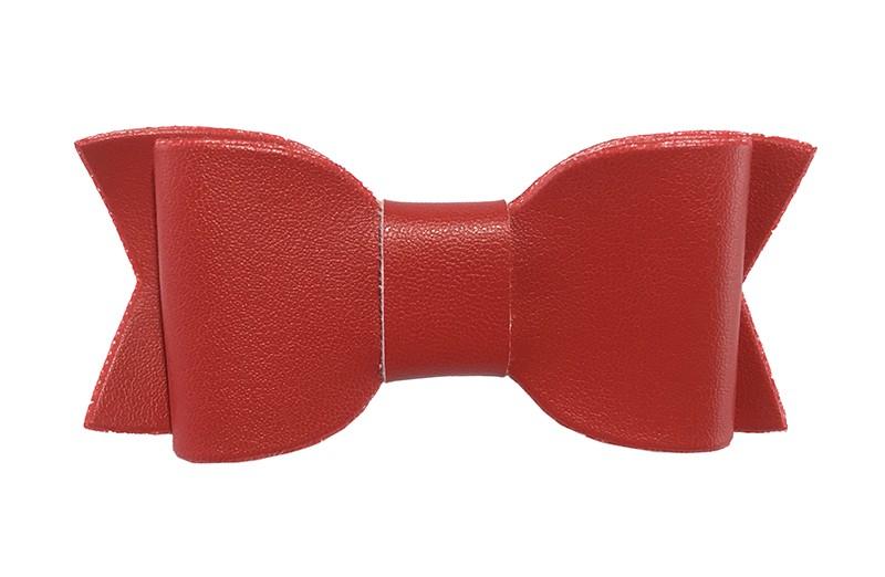 Leuk! Rood haarstrikje van leer. Het strikje is vastgemaakt op een alligatorknipje en daardoor makkelijk in heel veel leuke kapseltjes te zetten. Leuk voor de kleine meisjes en voor grotere meisjes.