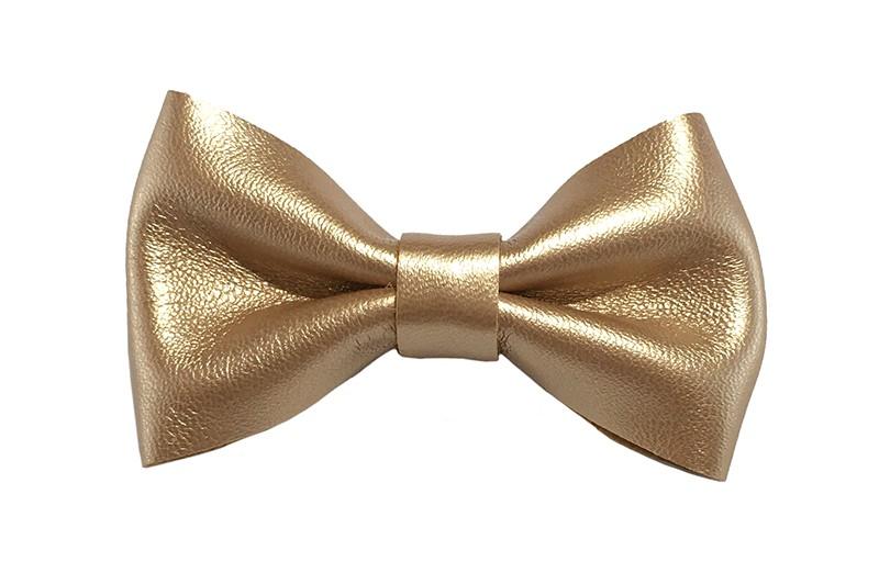 Leuk (rosé)goud glanzend leren haarstrikje. Op een handig alligatorknipje van 4 centimeter. Leuk in allerlei kapseltjes voor peutermeisjes en grotere meisjes.