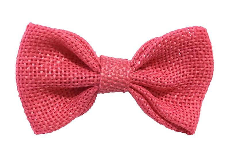 Leuk! Mooi koraal roze haarstrikje van jute / linnenlook stof.  Het strikje is vastgemaakt op een alligatorknipje van 4 centimeter.  Staat bij allerlei kapseltjes voor peuter meisjes tot wat grotere meisjes leuk en is makkelijk in de haartjes te zetten.