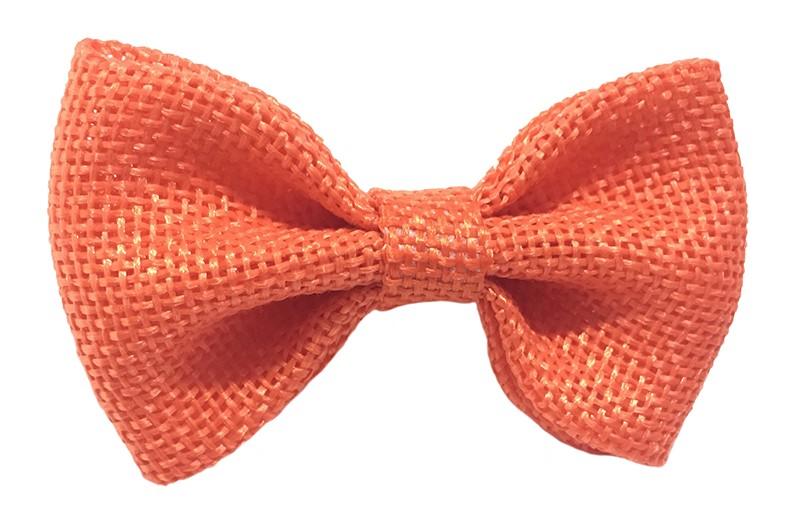 Leuk! Mooi warm oranje haarstrikje van jute/linnenlook stof.  Het strikje is vastgemaakt op een alligatorknipje van 4 centimeter.  Staat bij allerlei kapseltjes voor peuter meisjes tot wat grotere meisjes leuk en is makkelijk in de haartjes te zetten.