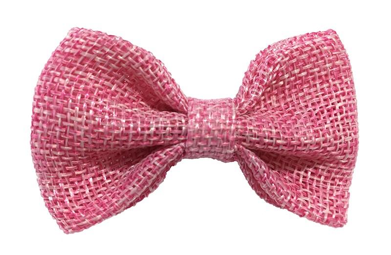 Leuk! Mooi roze haarstrikje van jute / linnenlook stof. rnHet strikje is vastgemaakt op een alligatorknipje van 4 centimeter. rnStaat bij allerlei kapseltjes voor peuter meisjes tot wat grotere meisjes leuk en is makkelijk in de haartjes te zetten.